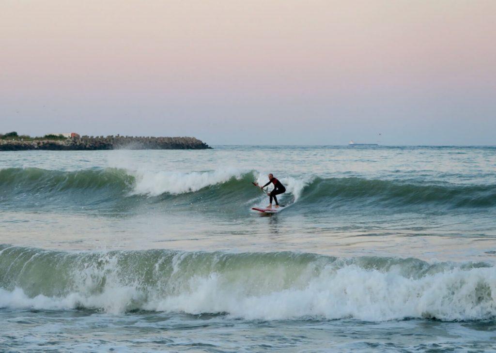 Stand Up Paddle surfing pe valurile din 2 Mai - rider Tiberiu Macaveiu – poza realizata de Ioana Istrate