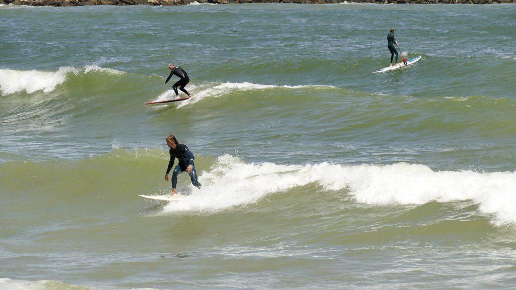 Surfing in Romania pe valurile din 2 Mai – poza realizata de Ioana Istrate