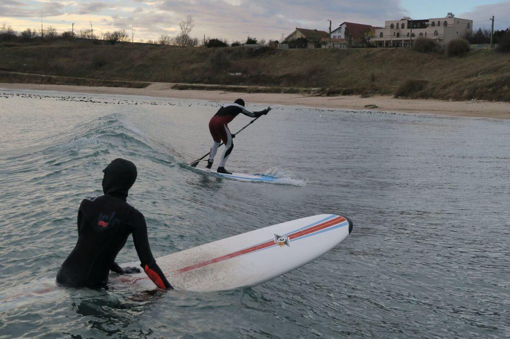 Surfing in Romania pe valurile din 2 Mai – poza realizata de Tiberiu Macaveiu