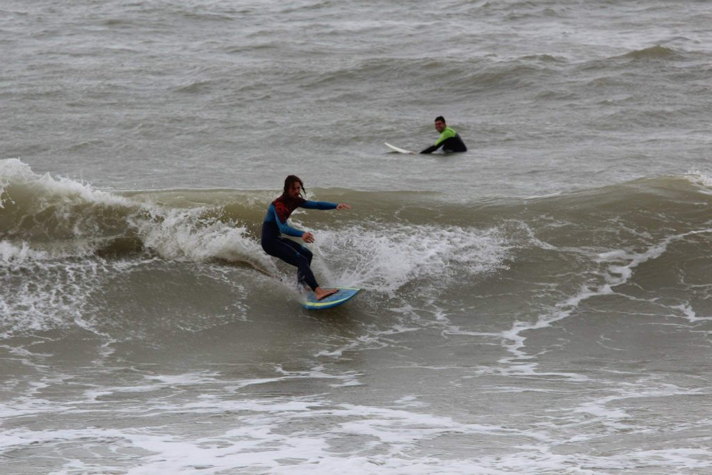 Surfing in Romania pe valurile din Constanta, rider Tibi Balica – poza realizata de boarders.ro
