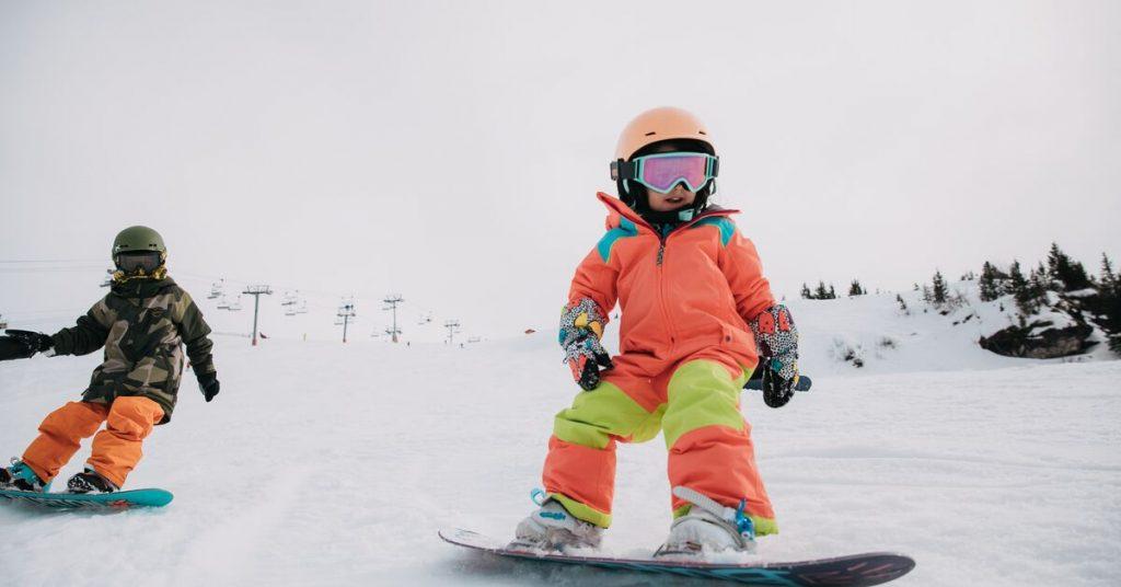 Echipamentul de snowboard pentru copii: Cum iti transformi prichindelul intr-un boarder