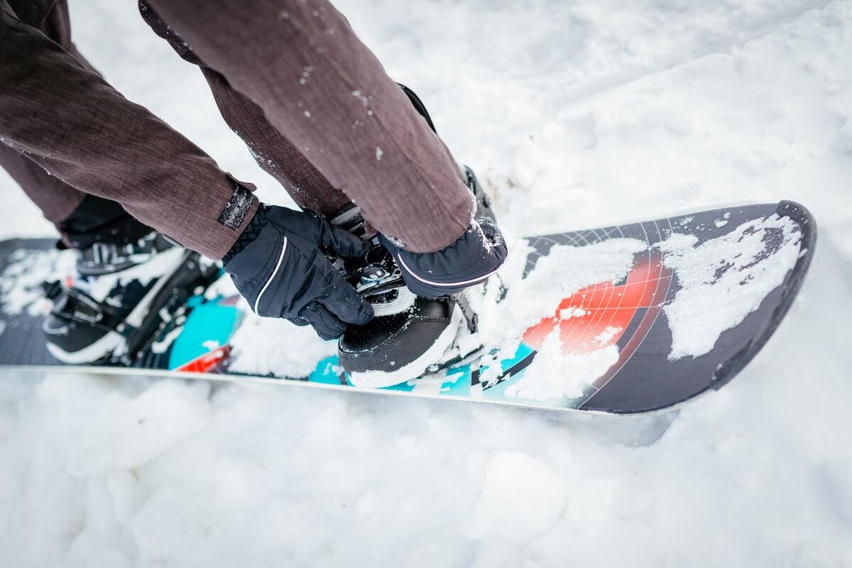 Legăturile de snowboard – Tot ce trebuie să știi despre mărimea ideală și metodele de montare